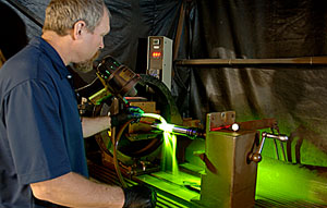 wet-fluorescent-magnetic-particle-testing